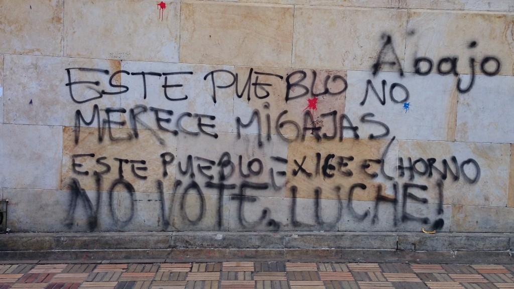 Dieses Volk verdient keine Krümel. Es fordert den Ofen. Wählt nicht, kämpft! (Plaza Bolívar)