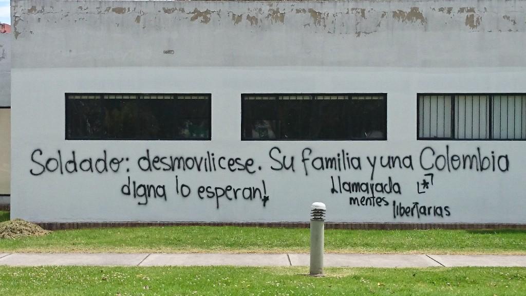 Soldat: Verlass Deine Einheit! Deine Familie und ein würdevolles Kolumbien erwarten Dich - Anspielung auf die an die FARC gerichtete Demobilisierungskampagne der Regierung (Unicampus)