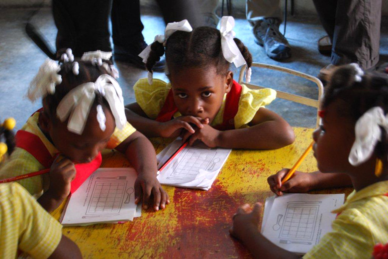 Schulmädchen in Haiti im November 2010