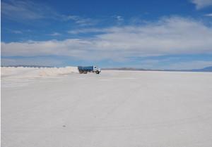 Ein Lkw lädt Salz auf dem Salar de Uyuni (aufgenommen im Mai 2010)