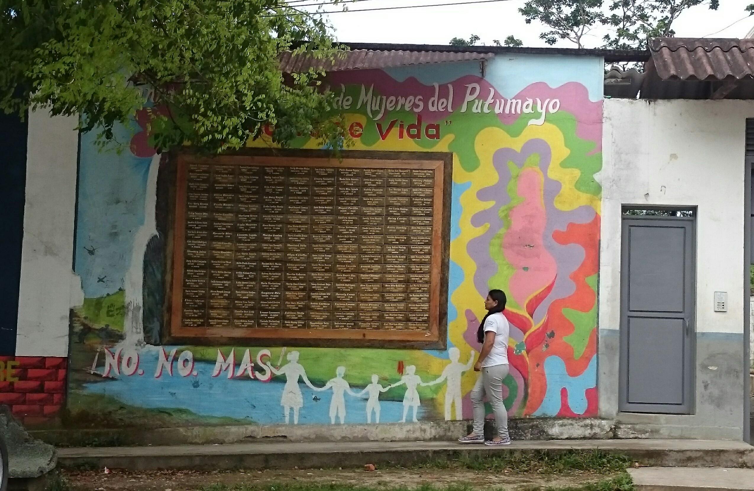Mujeres Tejedoras de Vida: Frauen, die das Leben weben - so heißt die Dachorganisation verschiedener Frauengruppen in Mocoa, Putumayo. Das Wandgemälde erinnert an ihre gewaltsam umgekommenen Toten