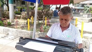 Germán, der Lohnschreiber, bei der Arbeit im Parque de los Poetas in Cali