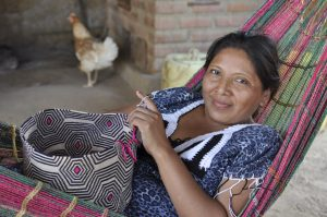 Aurora Epiayúu beim Häkeln. Das Muster der Tasche steht für den Clan.