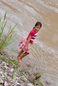 Eva am Ufer des Río Gualcarque, Honduras