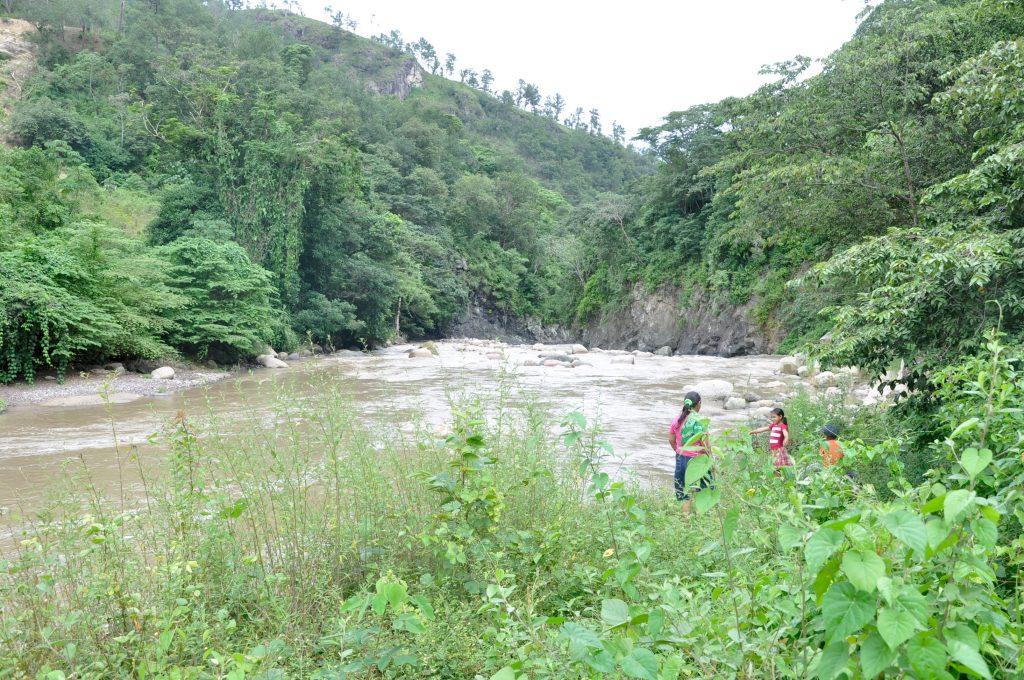 Am Ufer des Río Gualcarque, Honduras